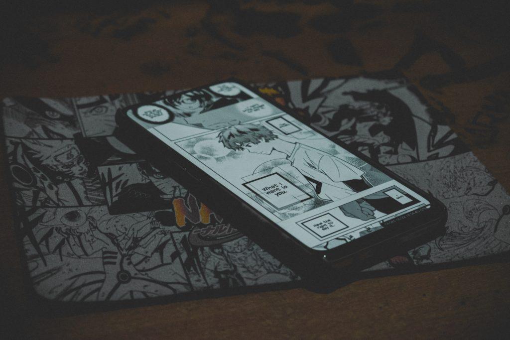 téléphone sur une bande dessinée mangas